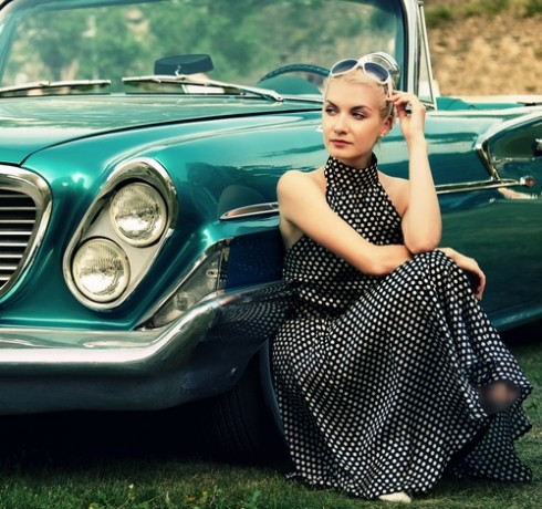 בחורה ליד מכונית רטרו