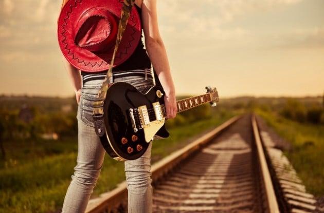 בחורה עם גיטרה על הפסים