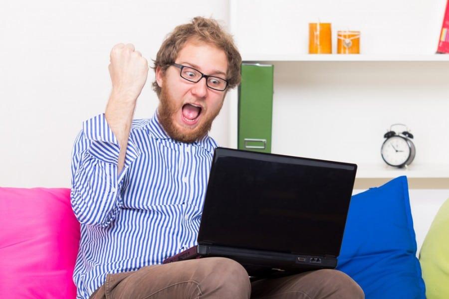 איש שמח גולש באינטרנט