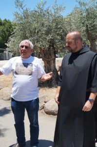 ישראל שניר מחלוצי גידול המושטים. ביקור בכנסיית הלחם והדגים