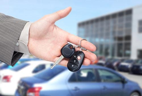 איש עסקים עם מפתחות למכונית