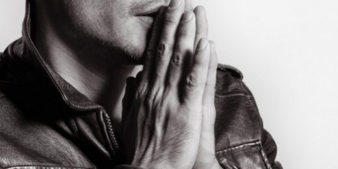 מתפלל לעזרה
