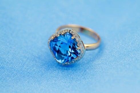 טבעת יהלום עם אבן חן כחולה