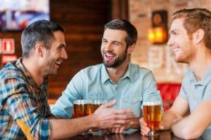 חברים טובים שותים בירה ביחד
