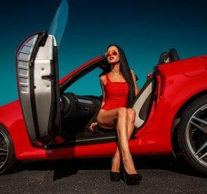 בחורה יוצאת ממכונית אדומה